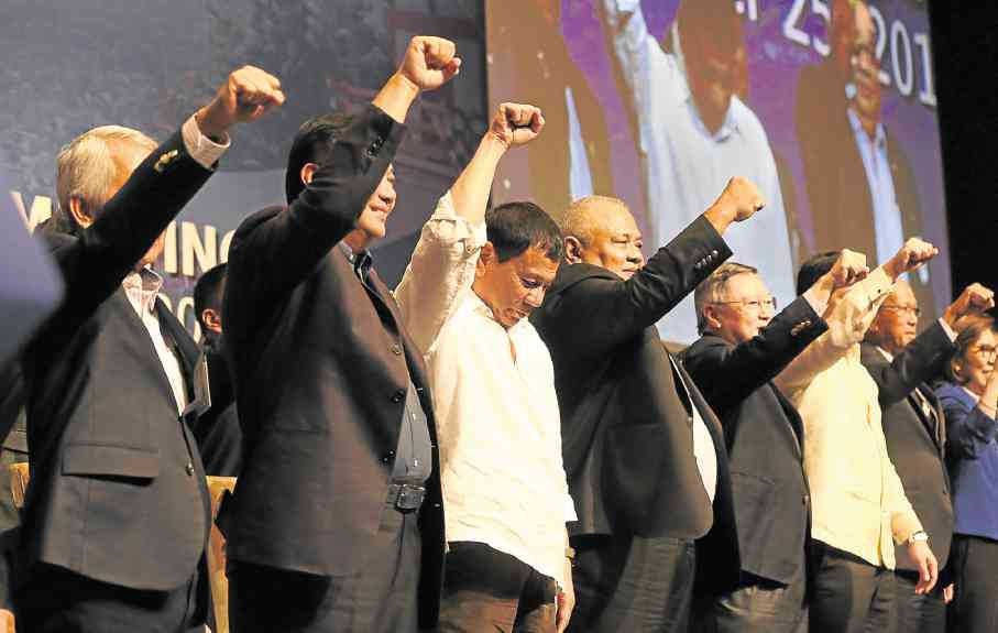 SOLIDARITY GESTURE President Duterte, who is on a three-day official visit to Japan, and his delegation greet members of the Philippine community in Tokyo with raised fists in a gesture of solidarity during a meeting at the Palace Hotel. MALACAÑANG PHOTO