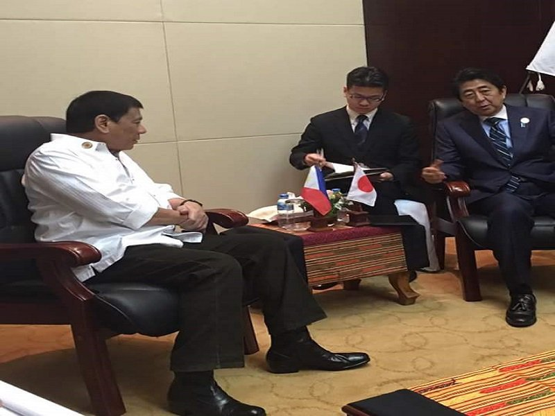 Philippine President Rodrigo Duterte and Japan's Prime Minister Shinzo Abe meet during the Association of Southeast Asian Nations Summit in Laos last September. (RADYO INQUIRER FILE PHOTO)